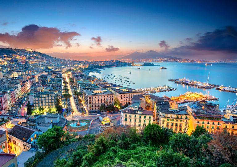 Prime luci dell'alba su Napoli