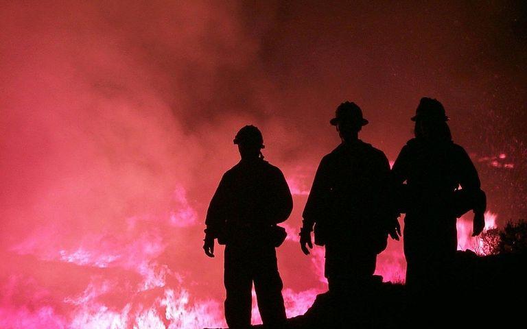 bomberos frente al fuego de incendio