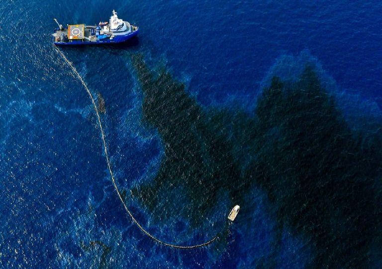 El barco Louisiana Responder recogiendo petróleo de la superficie del Golfo de México. Foto: VICE