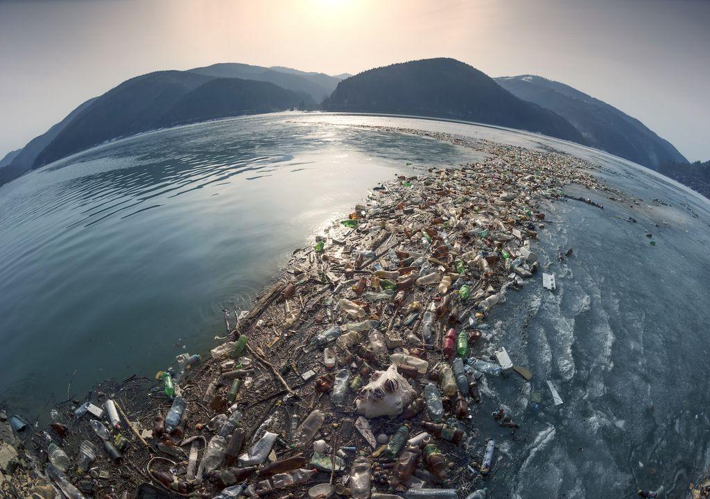 Plásticos en el océano; desechos humanos en el mar