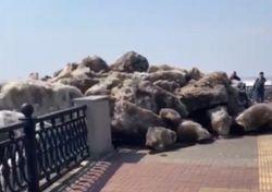 Ice blocks invade pedestrian promenade in Russia
