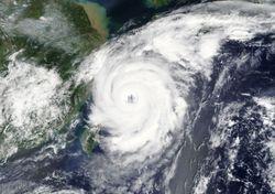 Dois tufões sobressaltaram o Japão e a China