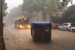Inundaciones en Badalona: contenedores flotantes