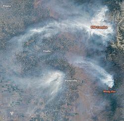 Invasión del fuego sobre zonas con las secuoyas gigantes en California