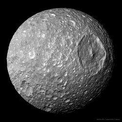 Mimas: una luna pequeña con un gran cráter