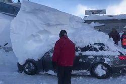 Nevadas históricas en Europa sepultan autos y casas