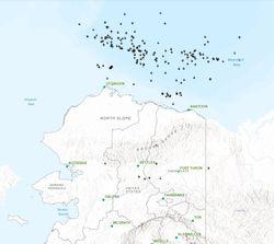 Raros rayos sobre el mar helado ártico al norte de Alaska