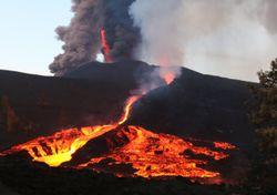 Cumple un mes erupción del Cumbre Vieja en España