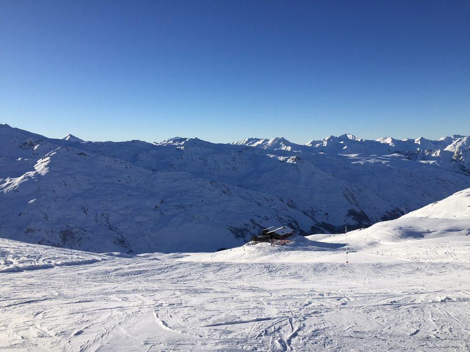 Seules les stations de ski des Alpes bénéficient d'un enneigement satisfaisant en ce début de saison.