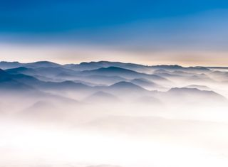 Montañas y valles en el aire