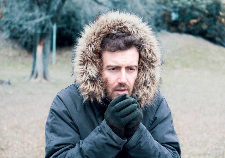 Homem no exterior cheio de frio