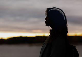 Mujeres que observan el cielo: miradas distantes