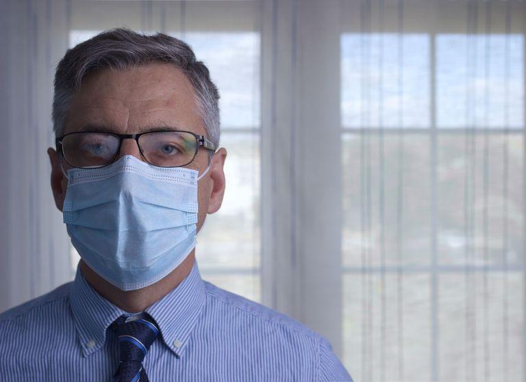 Homem com óculos e máscara