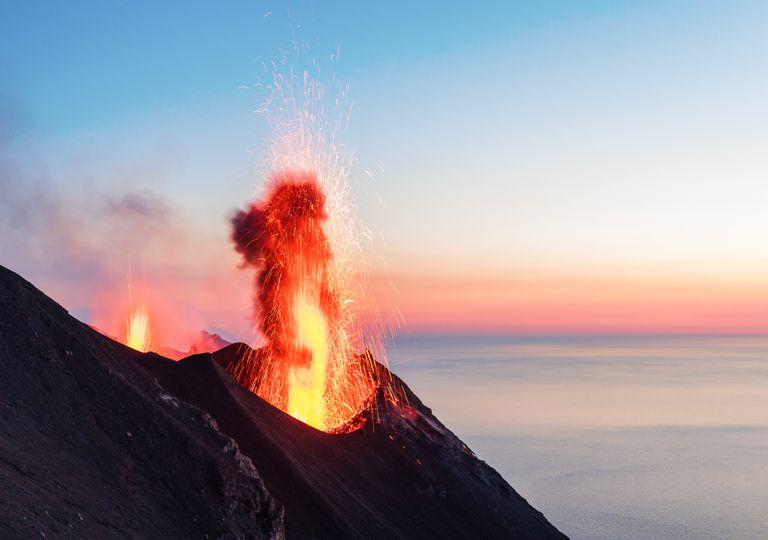 Vulcão em erupção. Risco.