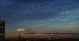 Nubes noctilucentes sobre fuegos artificiales de París