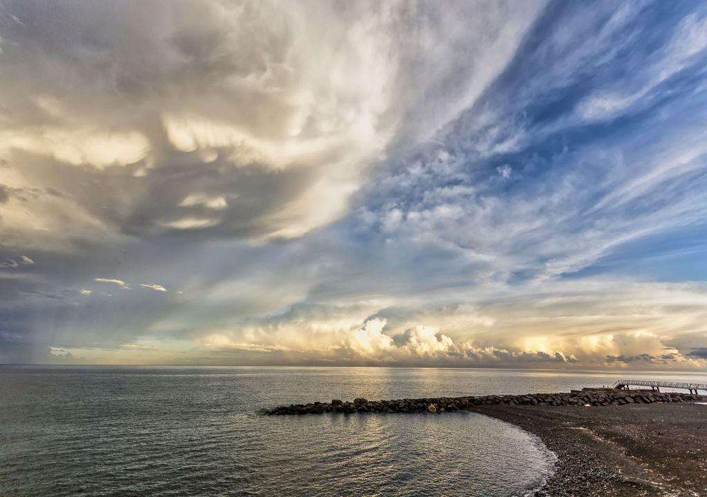 nuvens de tempestade; sol; praia