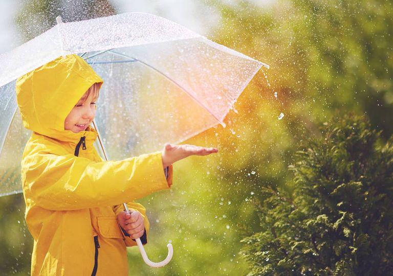 Criança apanha gotas da chuva
