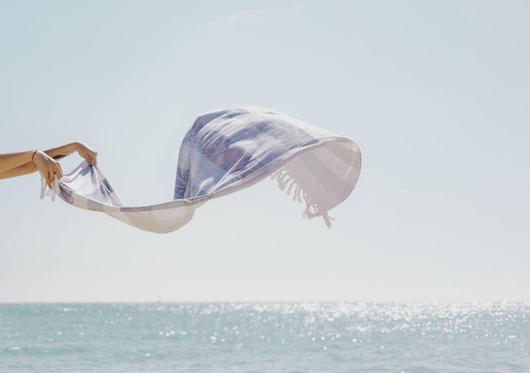 toalha ao vento praia mar