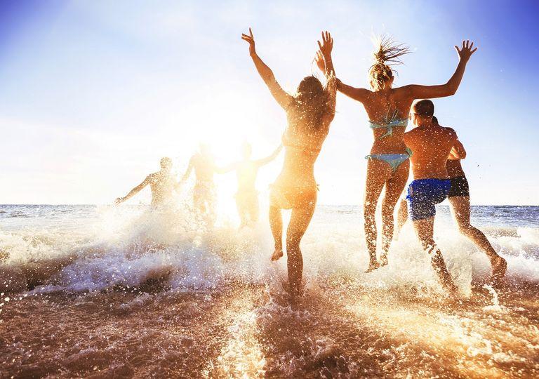 Jóvenes; playa; atardecer; mar; sol; amigos