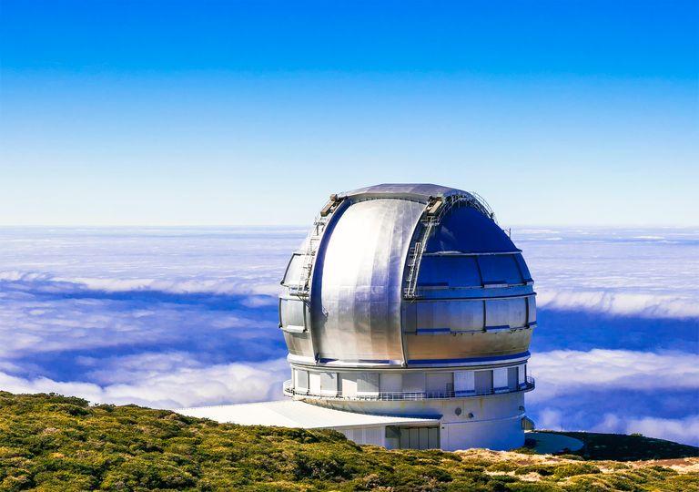 El Gran telescopio de Canarias, en El Roque de los Muchachos, sobre el mar de nubes.