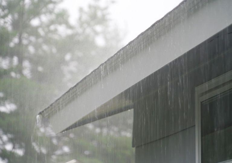 Lluvia vista cayendo en la lateral de una casa