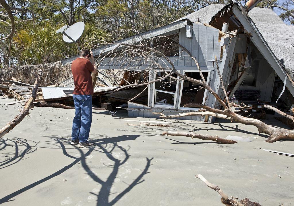 Persona frente a su casa totalmente destruida