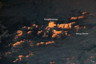 Picos iluminados por el sol en el Himalaya