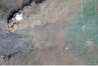 Pirocúmulos y torreones de humos en California