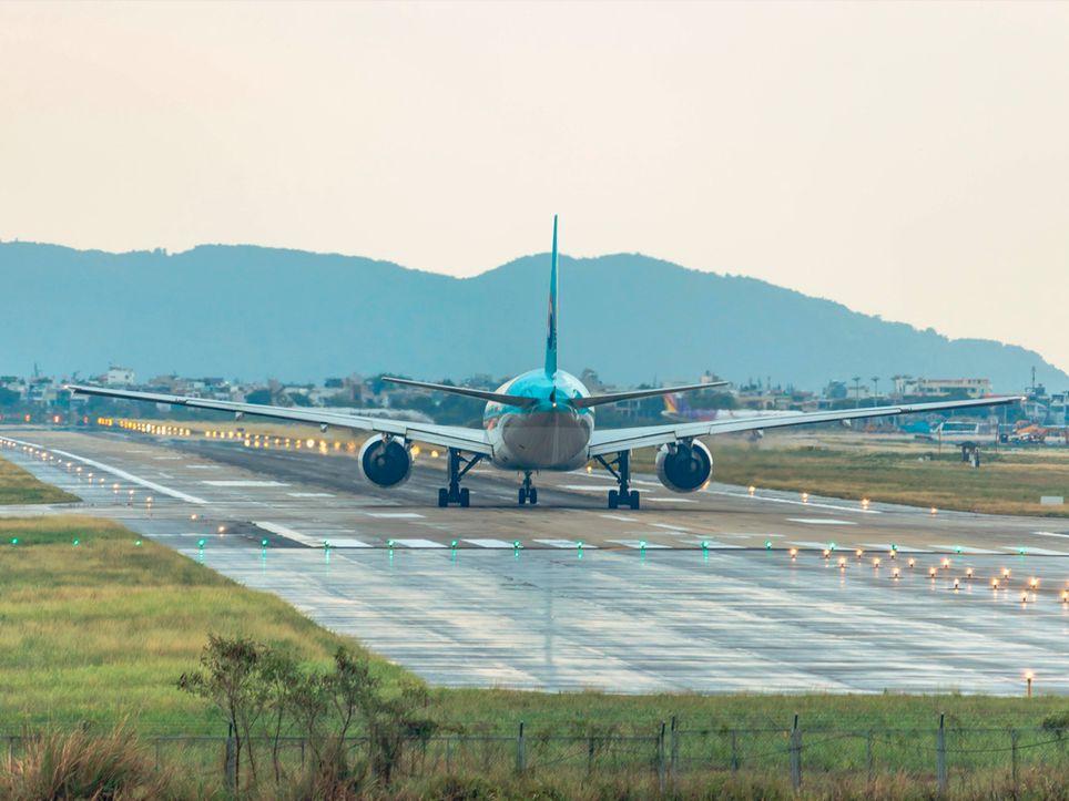 Avión a punto de iniciar la carrera de despegue