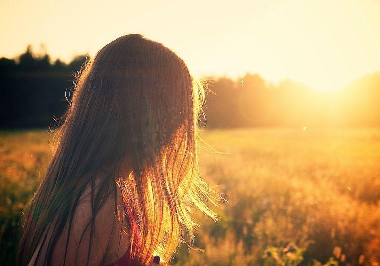 Mujer con melena en puesta de sol