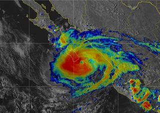 ¡Potente huracán Olaf a punto de impactar Baja California Sur!