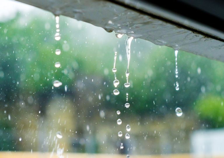 Gotas de lluvia cayendo desde el tejado.