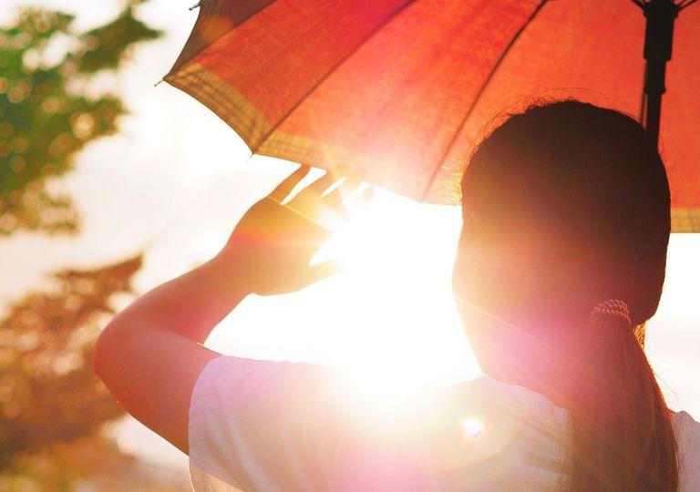 Mujer protegiéndose de los rayos del Sol