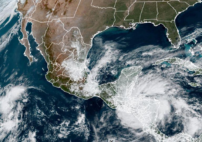 Se observa el ciclón tropical Iota sobre Centroamérica, así como el sistema frontal número 13 en el Golfo de México.