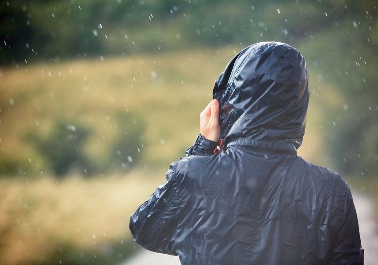 Hombre con ropa mojada bajo la lluvia