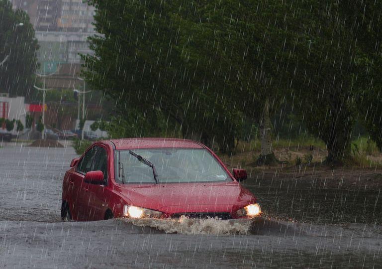 Automóvil transitando por una calle inundada