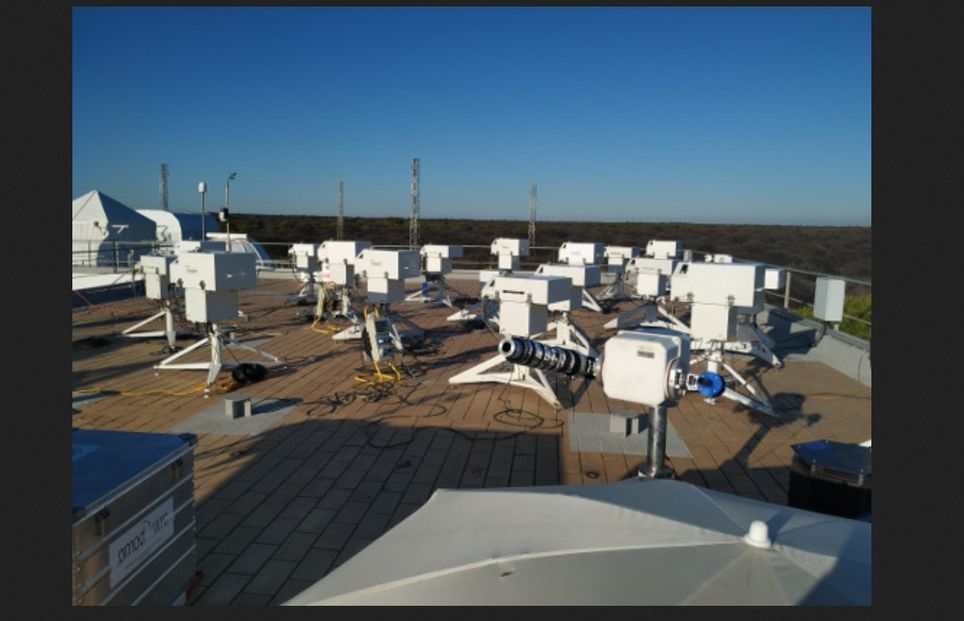 Panorámica de los 20 instrumentos que participan en la XIV campaña midiendo en la terraza de la Estación de sondeos Atmosféricos de 'El Arenosillo', Huelva, procedentes de Canadá (2), Holanda (1), Reino Unido (3), Suiza (1), Japón(1), Grecia (1), Dinamarca (2), Argelia (1) y España (7)