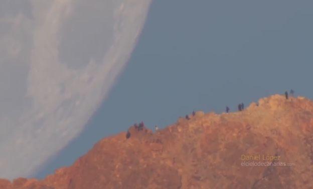 Puesta De La Luna Detrás Del Volcán Teide