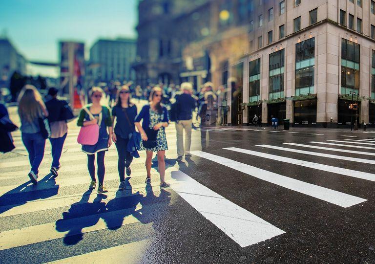 personas en la calle antes de la pandemia