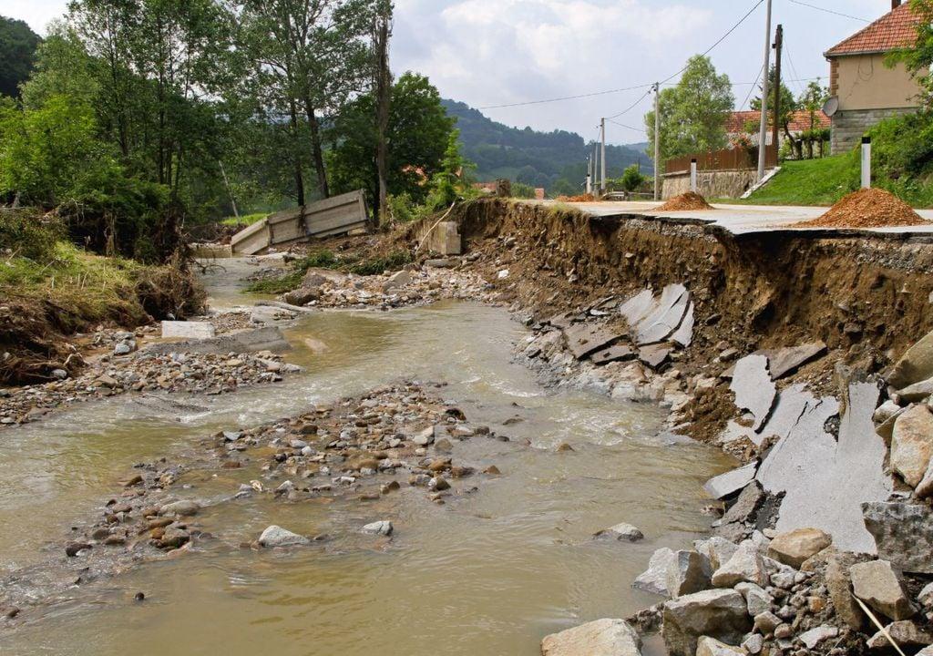 Daños en una carretera debido a la crecida de un río