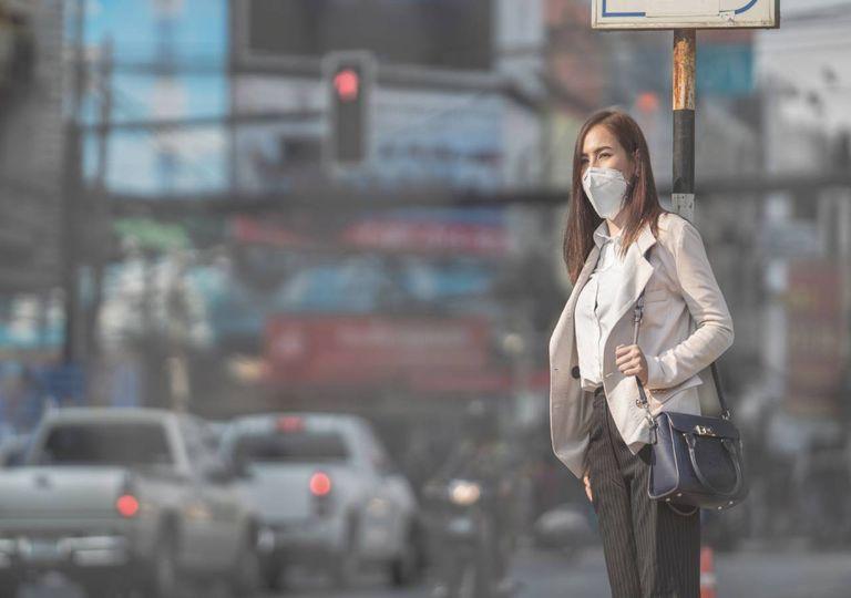 Mulher trânsito poluição cidade