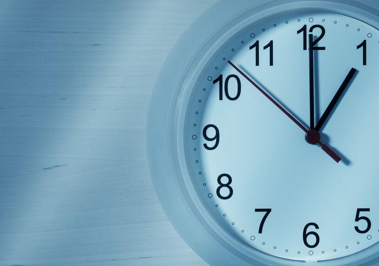 Reloj blanco de pared marcando las 01:00