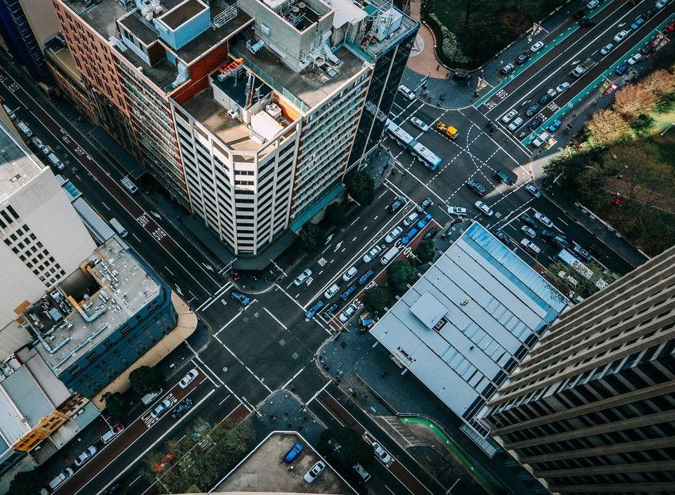 Vista aérea del cruce de una ciudad