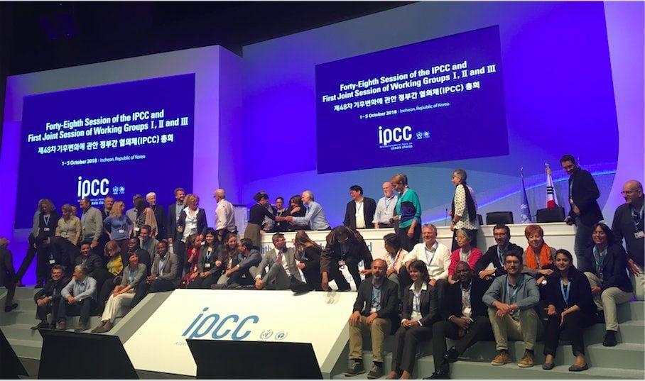 Incheon Corea del Sud i delegati festeggiano l'approvazione del riassunto per i decisori dello SR 1.5 IPCC
