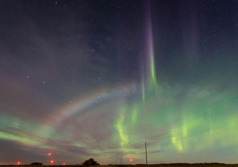 Raras fotografias capturam arco-íris lunar e aurora ao mesmo tempo