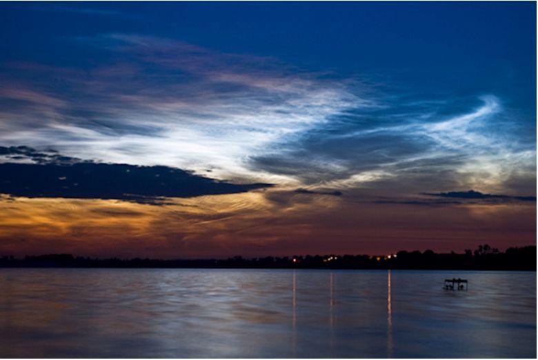 Foto de nubes noctilucentes con tonalidades rojas de Marek Nikodem de Szubin, Polonia