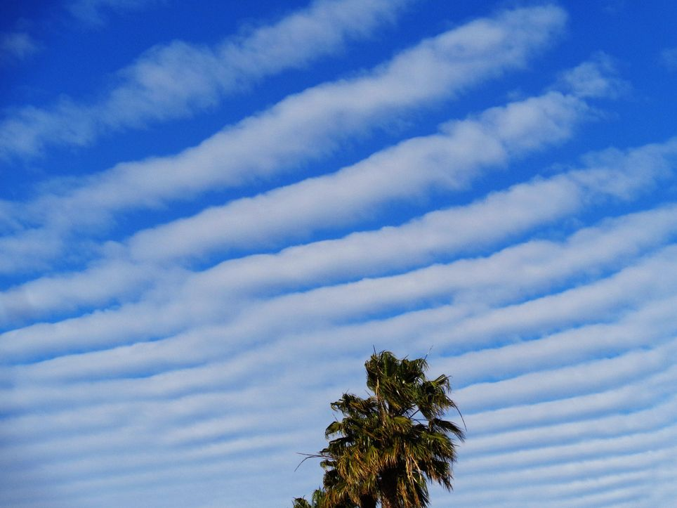 Wellenförmige Kondensstreifen am Himmel