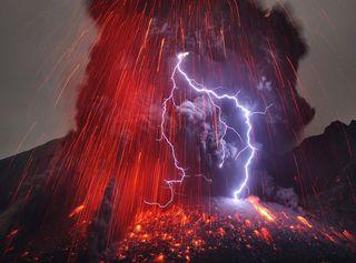 Canarie, spettacolari fulmini sopra il vulcano durante l'eruzione