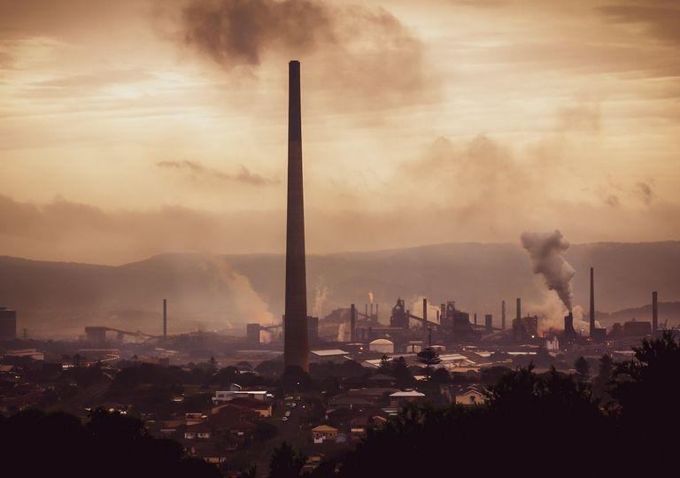 Industria emitiendo gases a la atmósfera