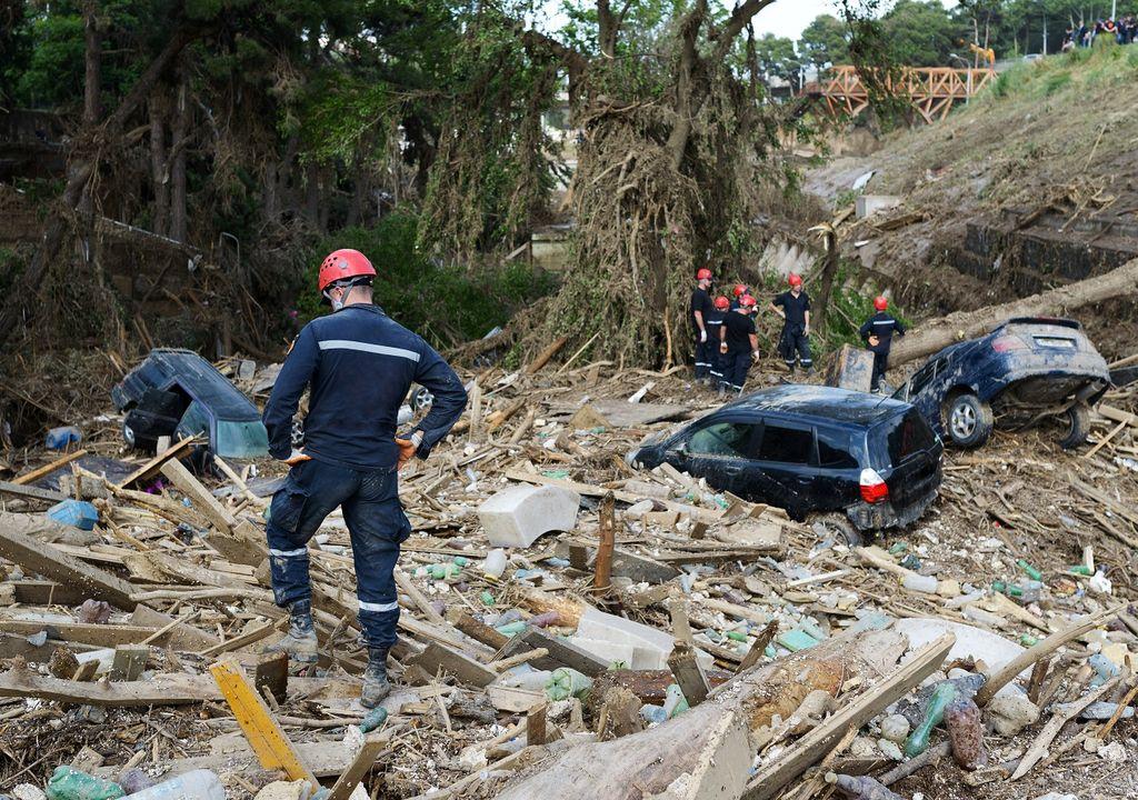 Autos enterrados en escombros; deslizamiento de material
